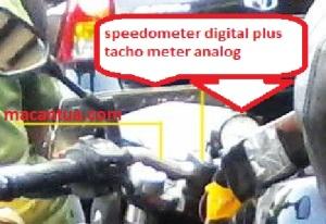 tachometer membulat di bagian kiri, dan speedometer digital di bagian kanan. Lightning, croped from TMCblog